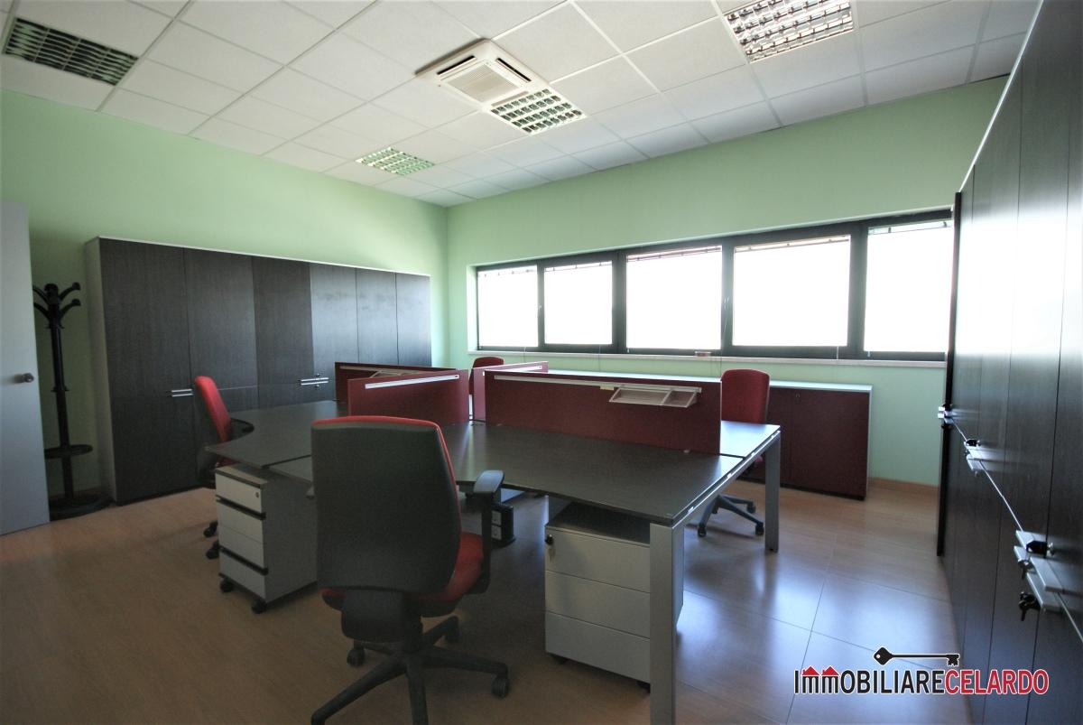 Affitto negozio commerciale ufficio colle di val d 39 elsa for Stanza uso ufficio