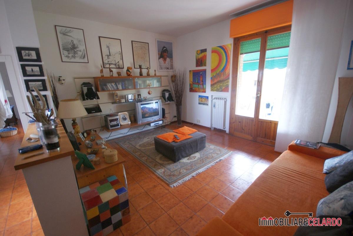Vendita appartamenti colle di val d 39 elsa vendesi for Garage con appartamento in cima